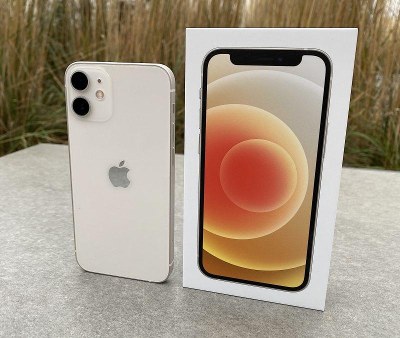 iPhone 12 mini valkoisena.