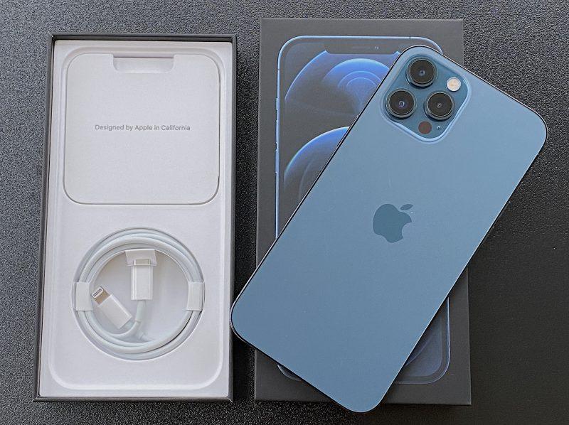 iPhone 12 Pro Maxin myyntipakkauksessa on puhelimen lisäksi vain Lightning-USB-C-kaapeli.