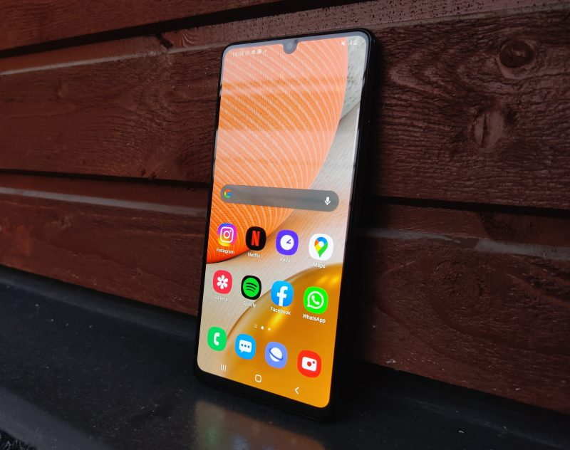 Samsung Galaxy A42 5G löytänee ostajansa, mutta haastajia on 300 euron tienoilla useita.