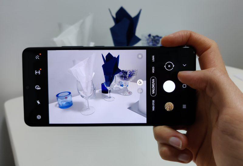 Kamerapuhelimena Galaxy A42 5G on hintaluokassaan tasaisen vahva.
