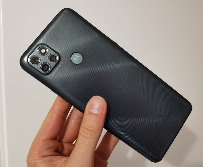 Takakuori on kovaa muovia. Sormenjälkilukija on Motorola-logossa.