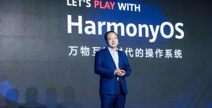 Huawein kuluttajaliiketoimintayksikön ohjelmistoista vastaava johtaja Wang Chenglu esitteli HarmonyOS 2.0:n mobiilitestiversion.