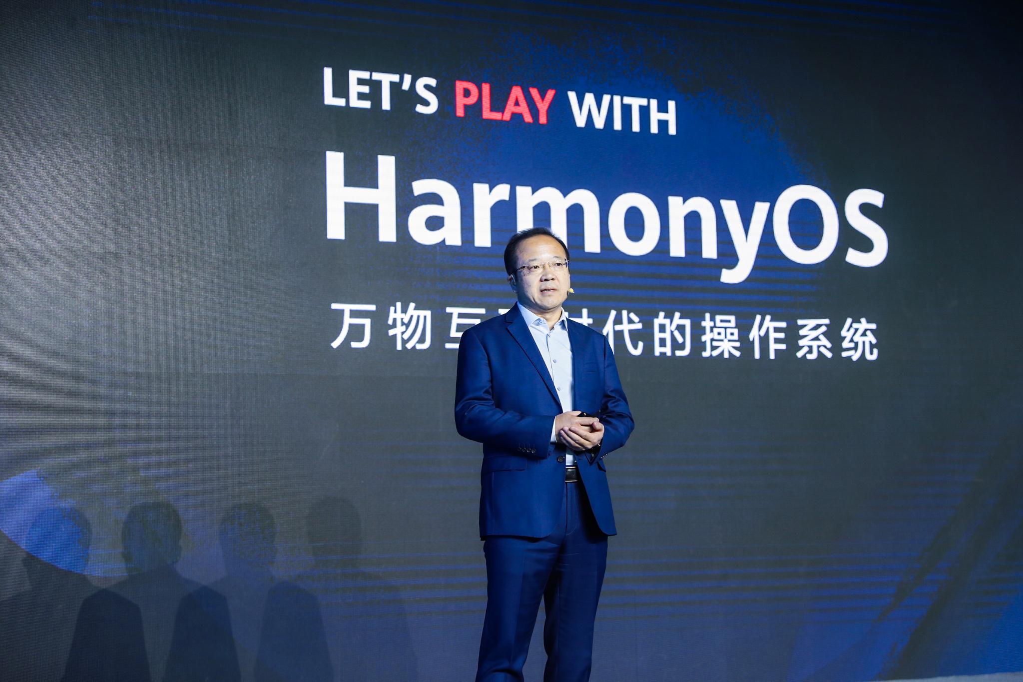 Huawein kuluttajaliiketoimintayksikön ohjelmistoista vastaava johtaja Wang Chenglu esitteli HarmonyOS 2.0:n mobiilitestiversion joulukuussa 2020.