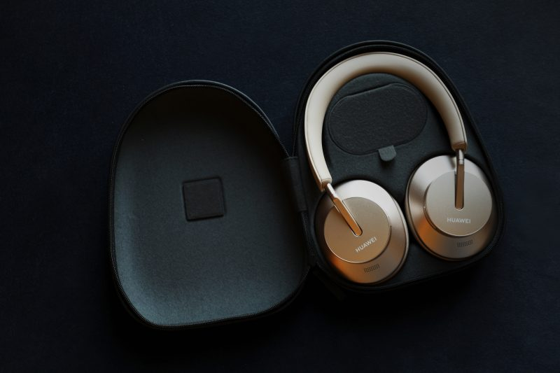 Huawei FreeBuds Studio -kuulokkeet ja säilytyskotelo.