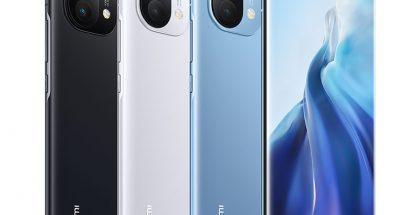 Xiaomi Mi 11:n takaa lasipintaiset värivaihtoehdot. Keskimmäinen valkoinen ei kuulu valikoimiin kaikilla kansainvälisillä markkinoilla.