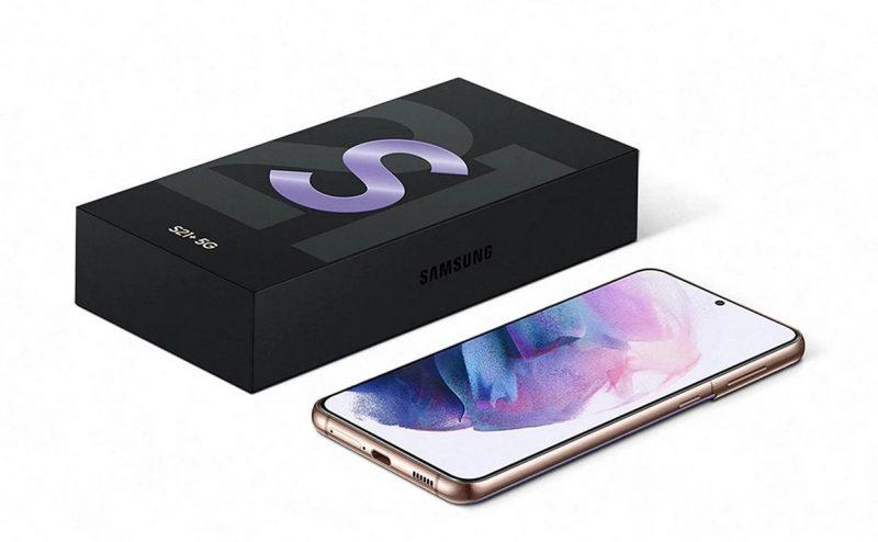 Galaxy S21 -puhelinten myyntipakkaukset ovat aiempaa ohuempia, kun mukana ei enää tule laturia eikä kuulokkeita.