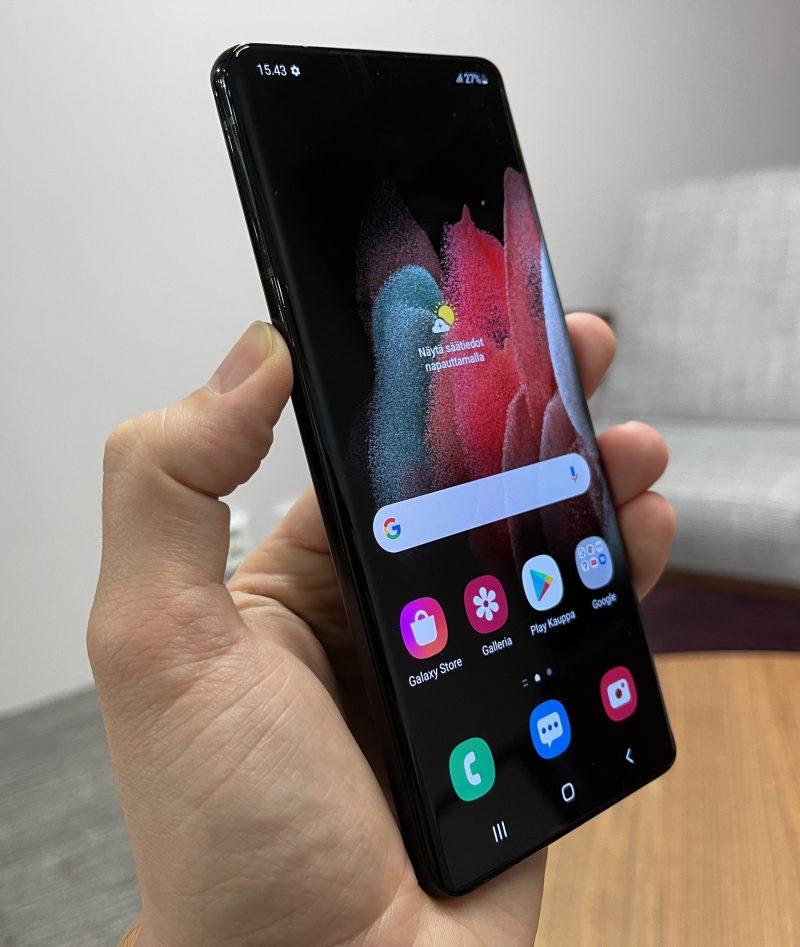 Galaxy S21 Ultra 5G ei 6,8 tuuman näytöstään huolimatta tunnu liian suurelta.