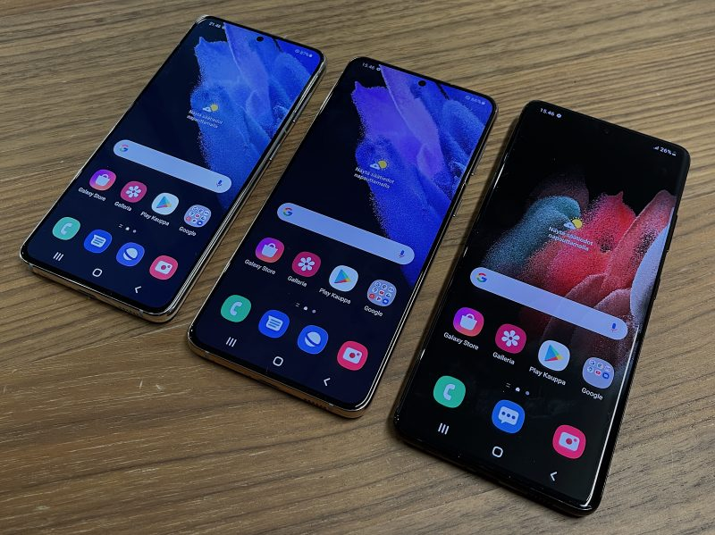 Reunukset näyttöjen ympärillä ovat pienet, mutta kyljille näytöt eivät enää kaarru Galaxy S21 -puhelimissa.