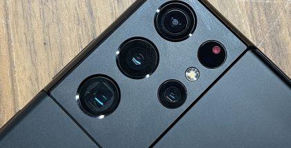 Galaxy S21 Ultrassa on neljä takakameraa ja viides reikä sisältää laser-automaattitarkennuksen anturit.