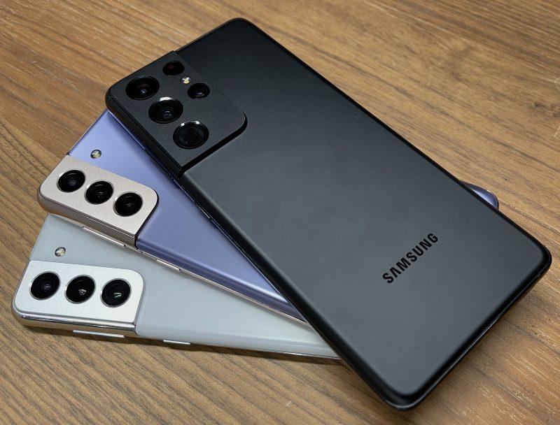 Galaxy S21 5G valkoisena, Galaxy S21+ 5G violettina ja Galaxy S21 Ultra 5G mustana. Takamera-alue on Ultrassa kookkaampi.