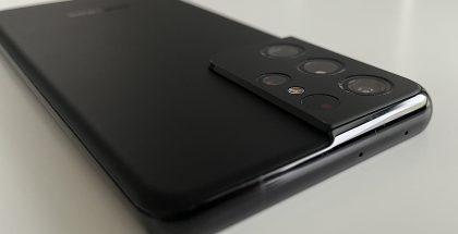 Galaxy S21 Ultra 5G:n muotoilun huomiota herättävin yksityiskohta on kookas takakamerakohouma.