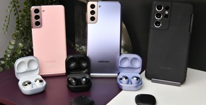 Paikantimet ovat pienikokoisia: pari Galaxy SmartTagia etualalla Samsungin muiden uutuuksien edessä.