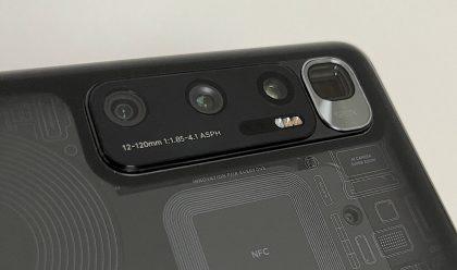 Mi 10 Ultra on varustettu neljällä takakameralla, ja jopa 120x digizoomilla.