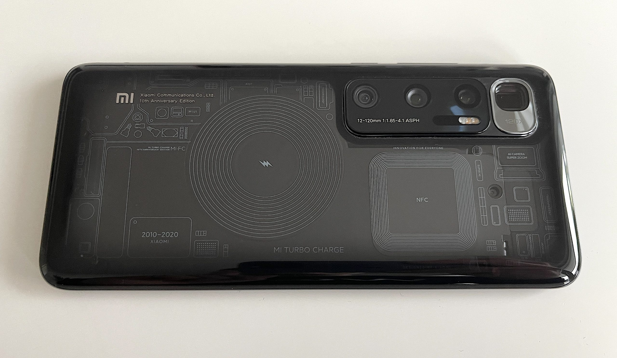 Takalasi on Mi 10 Ultran Transparent Edition -versiossa läpinäkyvä. Lasipinnan alta löytyy infoa keskeisten komponenttien sijainnista.