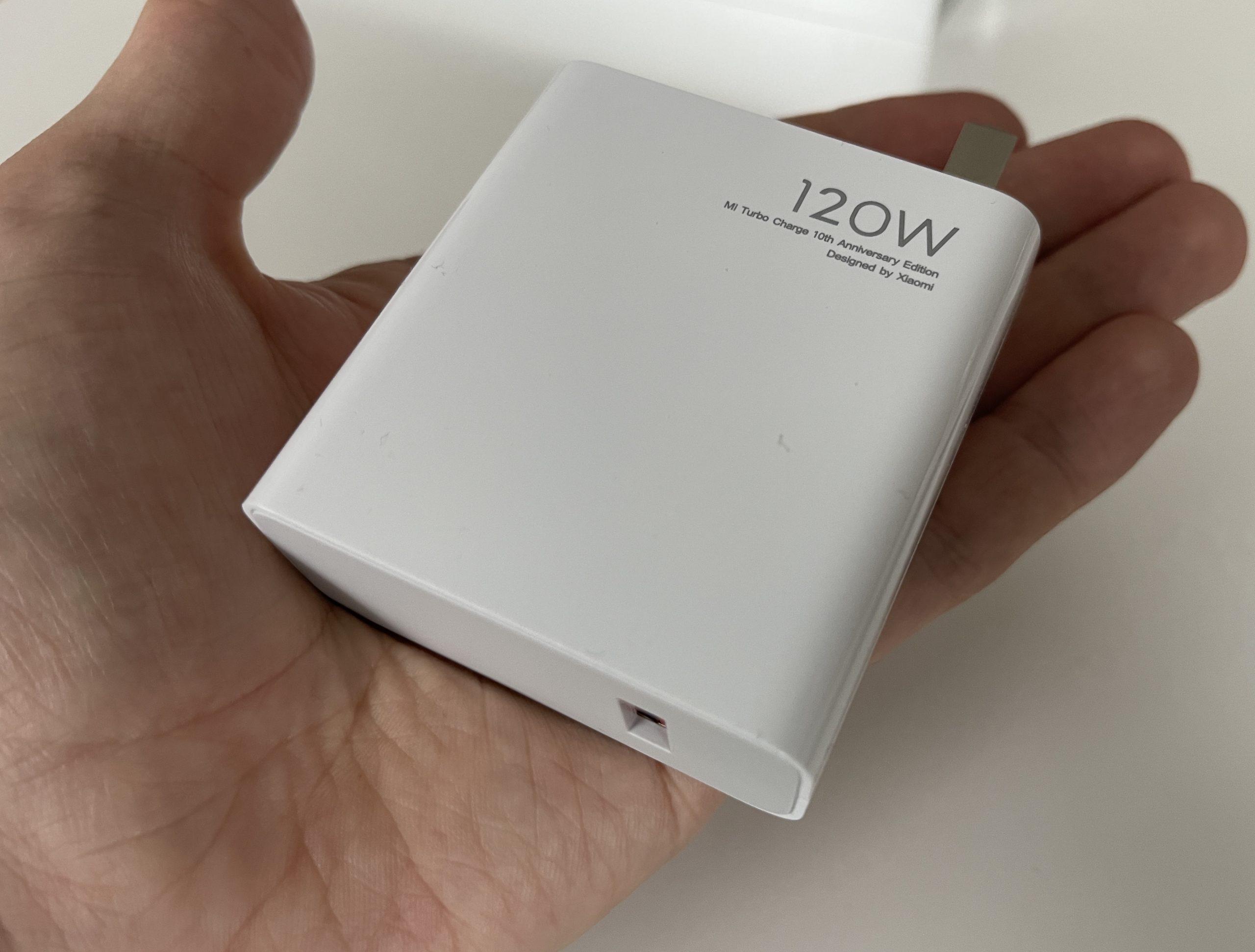 120 watin laturi on yllättävän kompakti, kiitos galliumnitridin (GaN) hyödyntämisen.