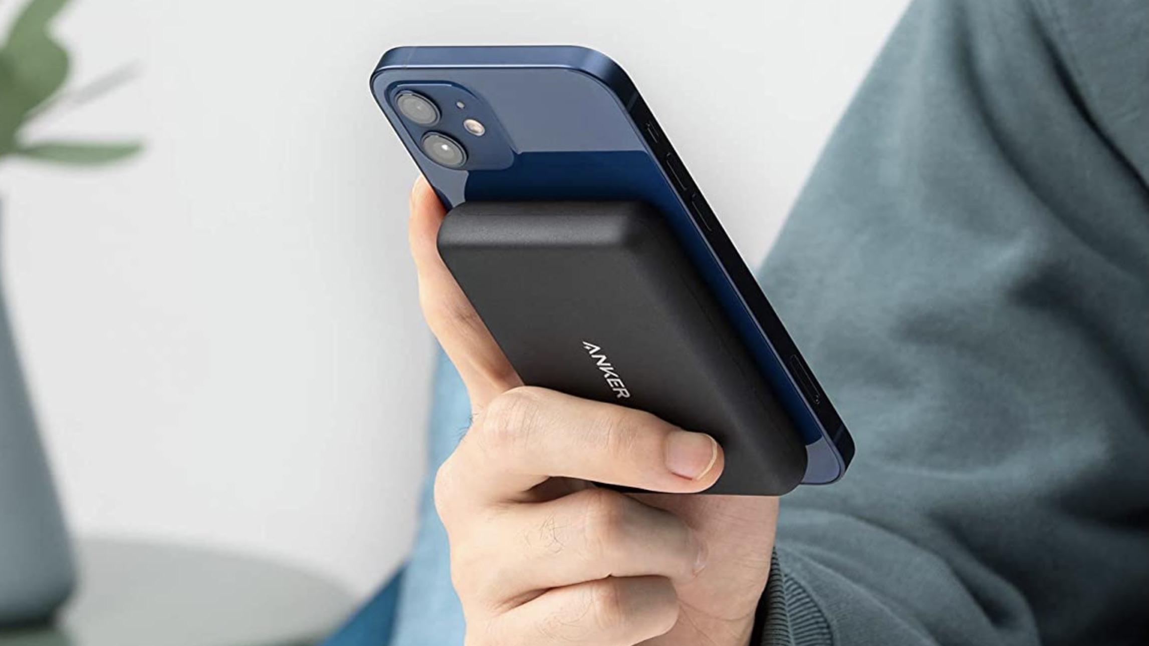 Anker PowerCore Magnetic 5K Wireless Power Bank kiinnittyy iPhone 12 -puhelimiin.