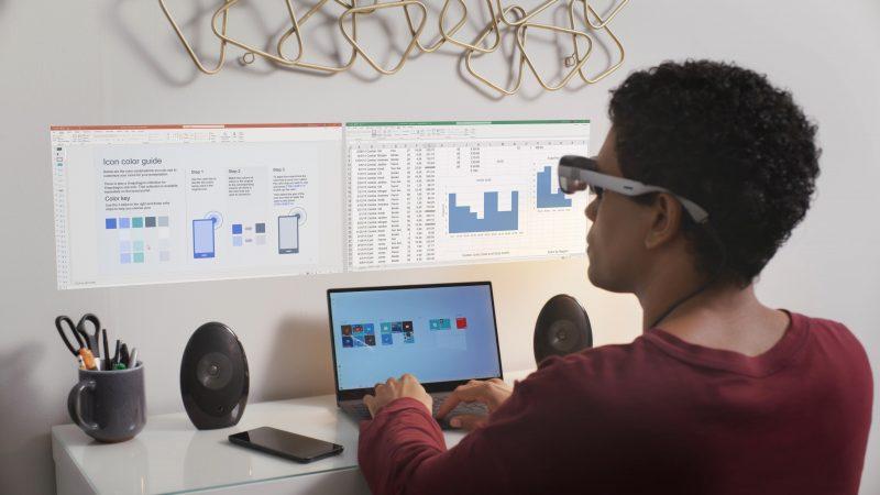 Yhdistettynä tietokoneeseen AR-lasit voivat laajentaa työskentelytilaa ikään kuin virtuaalisilla näytöillä, kuten tässä seinällä näkyvillä toimisto-ohjelmilla.