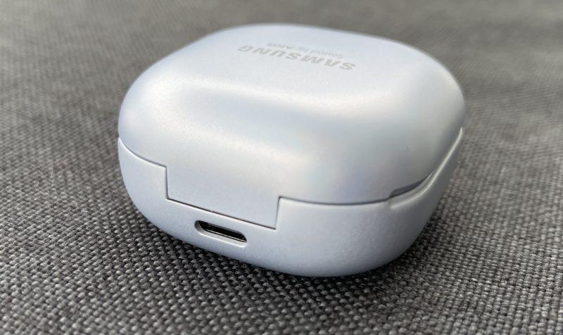 Galaxy Buds Pro -latauskotelon lataaminen onnistuu joko USB-C-liitännän kautta tai langattomasti (Qi).
