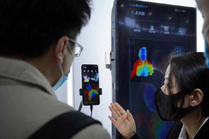ZTE esitteli myös 3D-kasvojentunnistuksen toteuttamista näytön läpi toimivasti.
