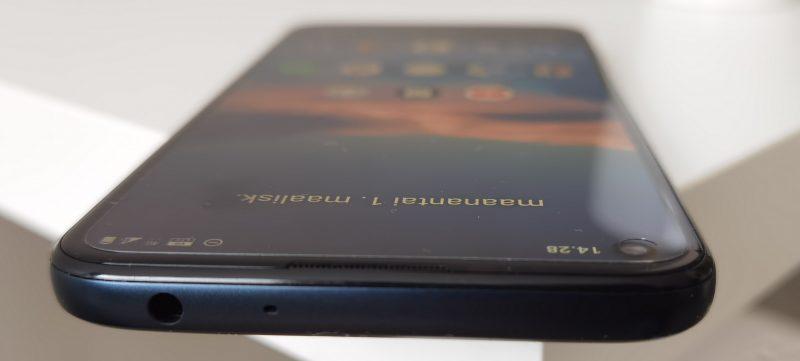 Nokia 5.4:n ylälaitaan saa kiinni kuulokkeet.