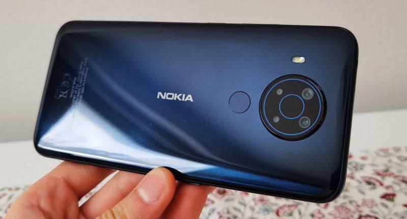 Nokia 5.4:n Polar Night -väri on HMD Globalille ominainen ja tyylikäs.