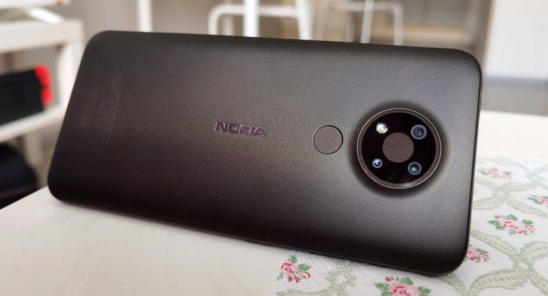 Nokia 3.4 on muovinen, mutta kestävän tuntuinen.