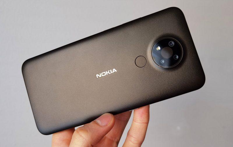 Nokia 3.4:n takakuori on muovia. Pito on hyvä.