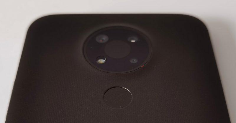 Sormenjälkilukija sijaitsee kamerakomponentin alla. Etusormi löytää lukijan helposti, ja luenta on sujuvan toimivaa.