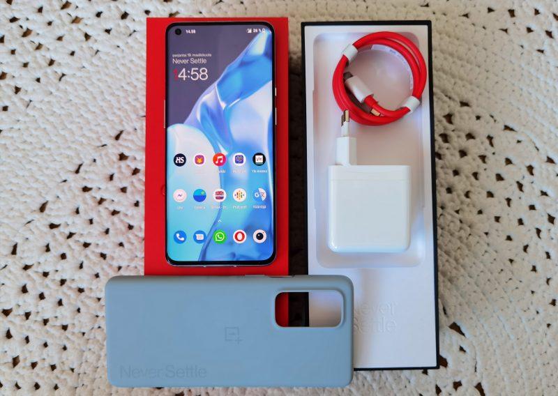 Myyntipakkauksen sisältö: älypuhelin, 65 watin pikalaturi ja silikonisuoja.