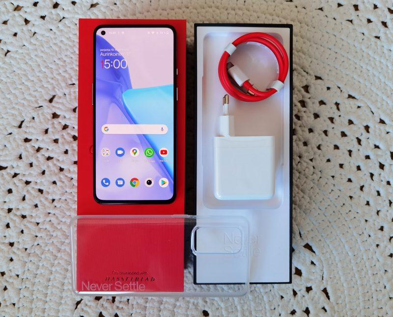 Myyntipakkauksen sisältö: älypuhelin, 65 watin pikalaturi ja läpinäkyvä silikonisuoja.