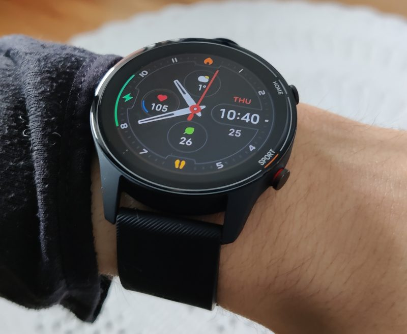 Xiaomi Mi Watch on kevyt ja kädessä lähes huomaamaton.