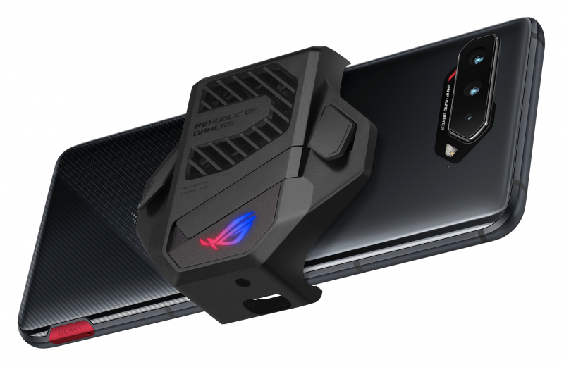 AeroActive Cooler 5 -tuuletinlisävaruste kiinnitettynä ROG Phone 5:een. Tuulettimen lisäksi se tarjoaa kaksi lisäpainiketta.