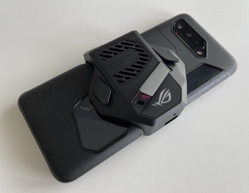 AeroActive Cooler 5 sopii ROG Phone 5:een myös yhdessä Aero-suojakuoren kanssa.