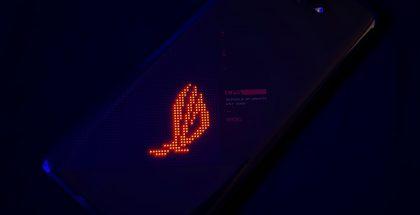 Asus ROG Phone 5 on varustettu pistemäisellä, RGB LED -valaistulla ROG-logolla.