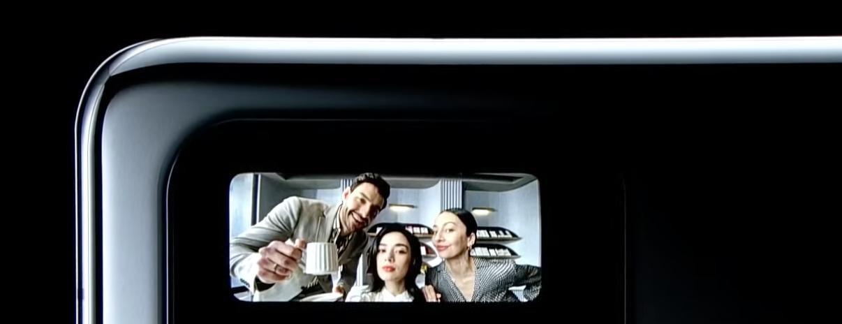 Mi 11 Ultran takanäyttöä voi käyttää selfie-kuvaamiseen takakameroilla.