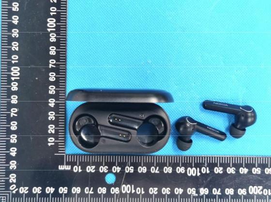 Uudet Nokia Lite Earbuds -kuulokkeet ja latauskotelo.