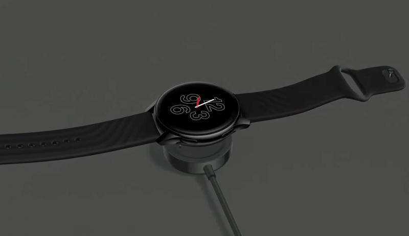 OnePlus Watch ladataan kellon pohjaan kiinnittyvällä pyöreällä latauslaitteella.