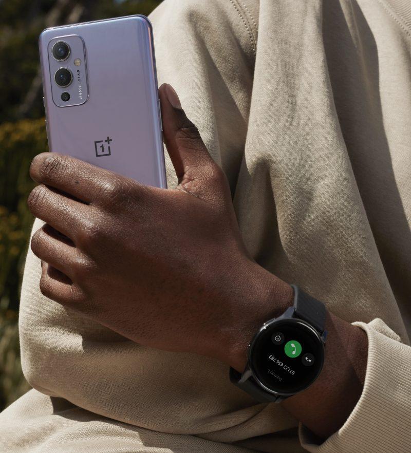 OnePlus Watch kädessä.