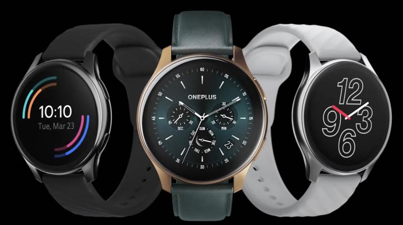 OnePlus Watchin kolme tyylivaihtoehtoa. Reunoilla perusmallit ja keskellä Cobalt Limited Edition.
