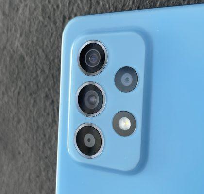 Galaxy A52 5G:ssä on neljä takakameraa.