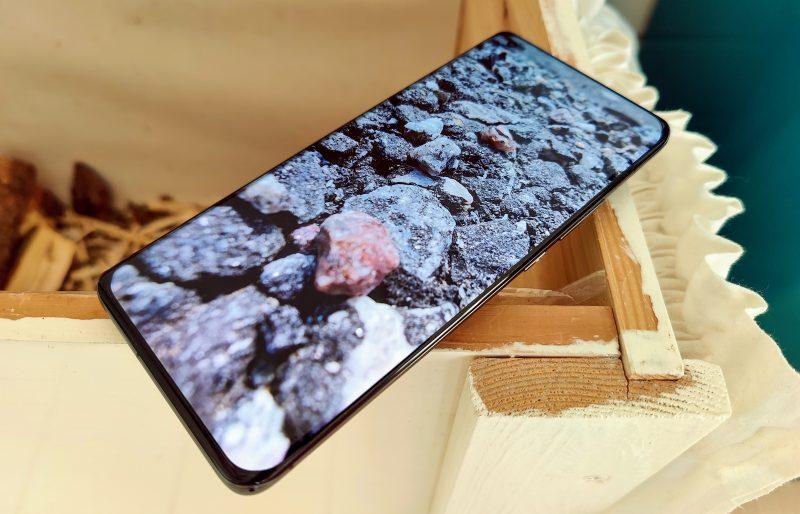 Xiaomi Mi 11 Ultran näyttö on laaja ja loistokas.