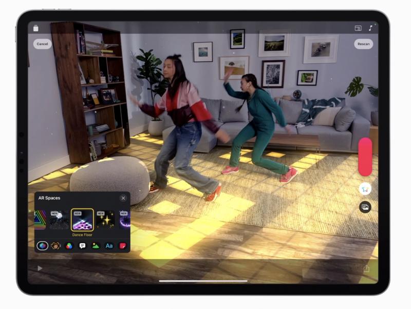Clips iPad Prossa, esillä lattiaan yhdistyvä AR-efekti.