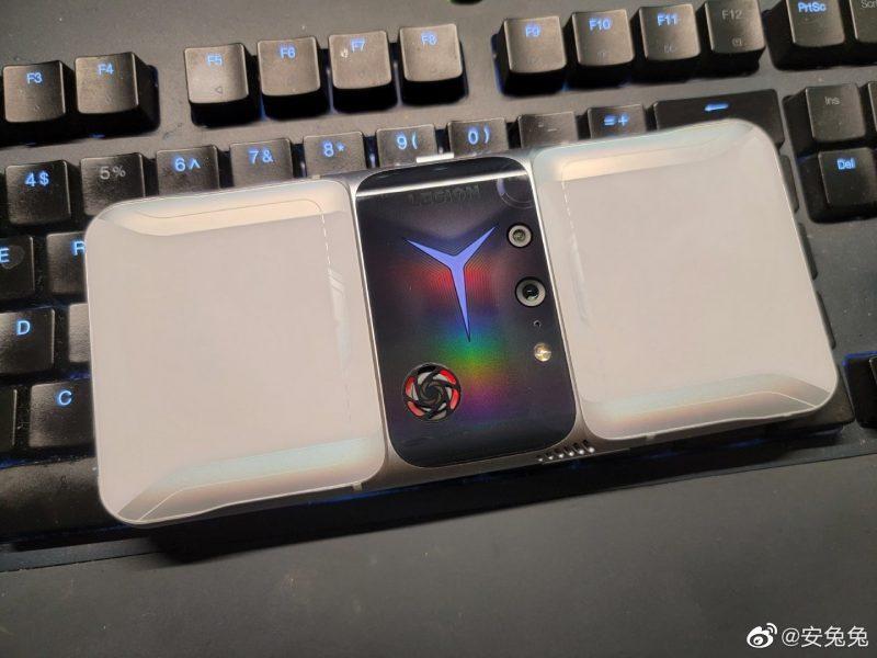 Lenovo Legion 2 Pro näyttää takaa poikkeukselliselta. Mukana puhelimessa on myös pieni tuuletin.