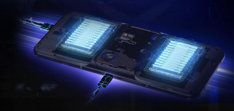90 watin pikalataus vaatii laturin kytkemisen Legion Phone Duel 2:n molempiin USB-C-portteihin. Kuvassa havainnollistettu kaksiosaista akkua.