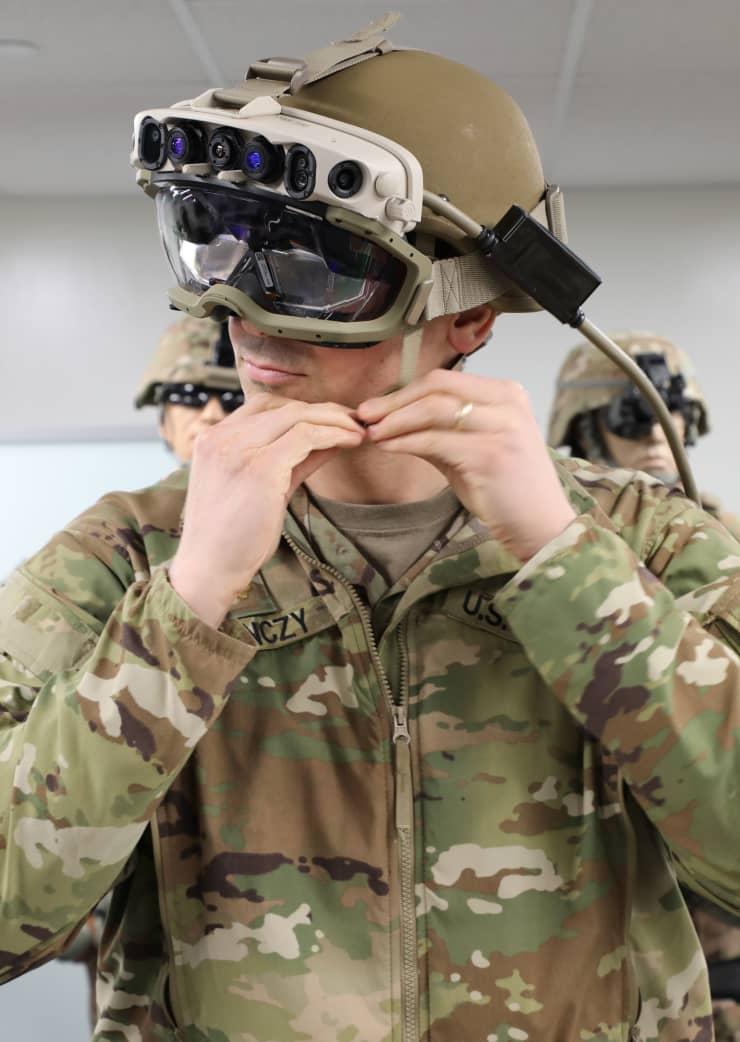 Sotilas päässään Microsoftin kehittämä IVAS-prototyyppi.