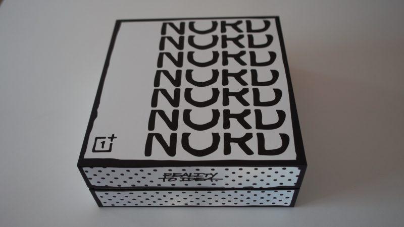 OnePlus Nord SE:n eli Joshua Vides -erikoisversion tuotepakkaus.