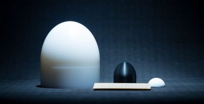 Vasemmalta oikealle PE-muovista sorvattu linssi 5G-taajuudelle, ABS-muovista 3D-tulostettu linssi 6G-taajuudelle ja nanosellusta muottivalettu keraamilinssi 6G-taajuudelle.