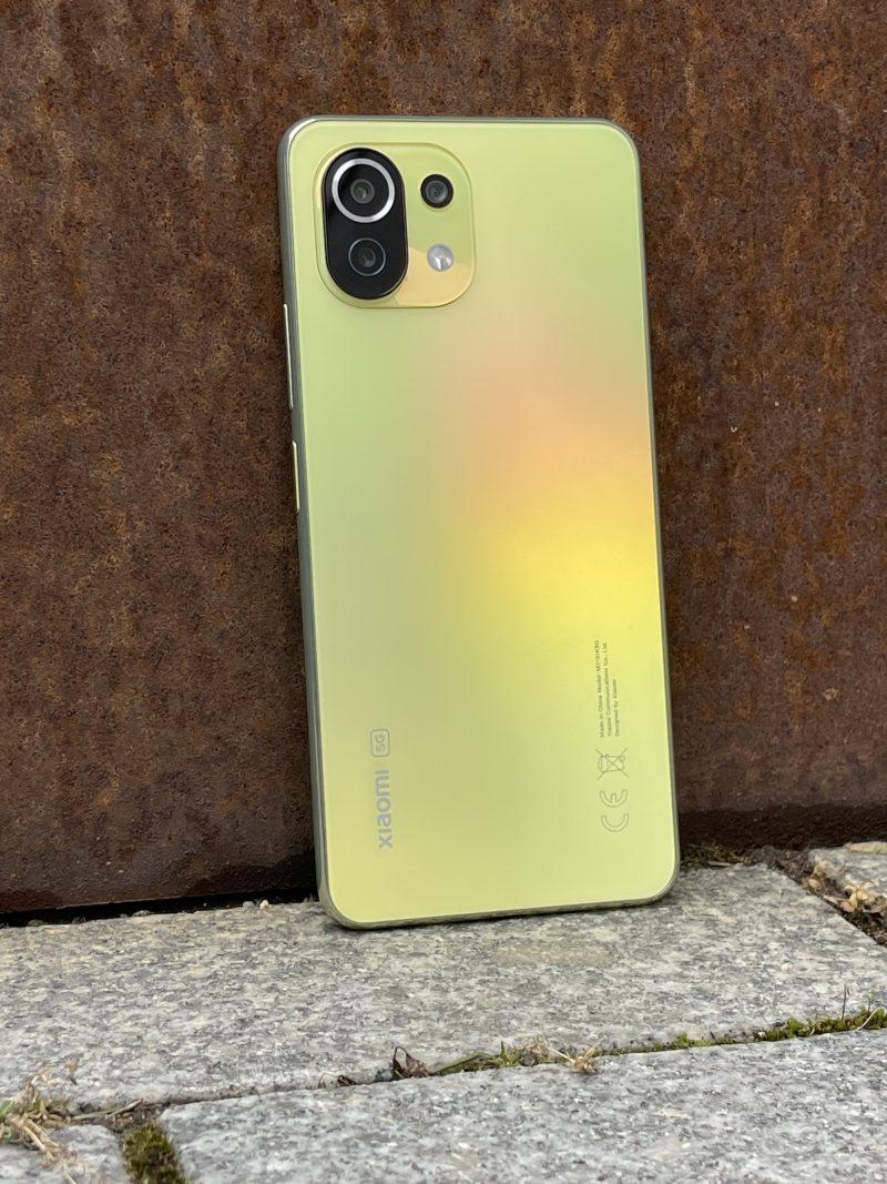 Mi 11 Lite 5G:n takapinnan väri ei ole aivan tasainen, vaan muuttuu heijastuvan valon myötä.