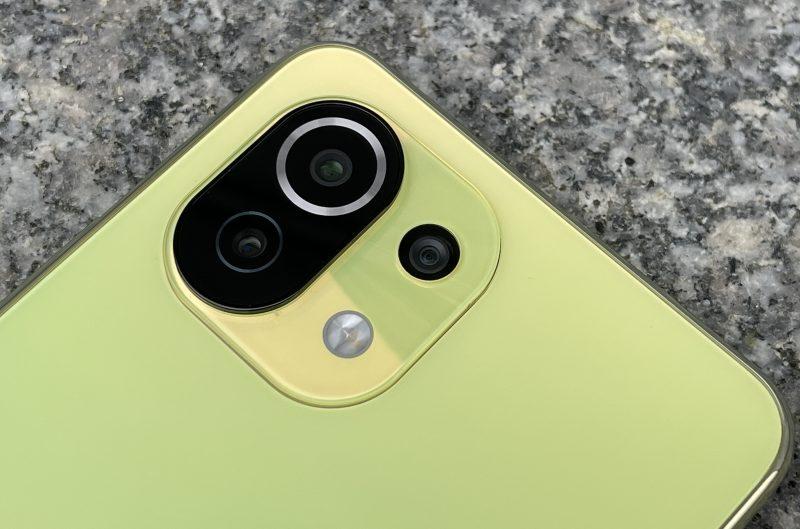 Mi 11 Lite 5G:ssä on kolme takakameraa: 64 megapikselin pääkameran lisäksi 8 megapikselin ultralaajakulmakamera ja 5 megapikselin telemakrokamera.