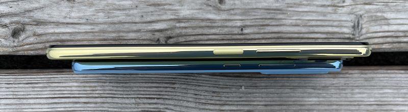 Mi 11 Lite 5G vs. Galaxy A52 kyljeltä. Samsung on 8,4-millimetrisenä selvästi 6,81 millimetrin Mi 11 Lite 5G:tä paksumpi.